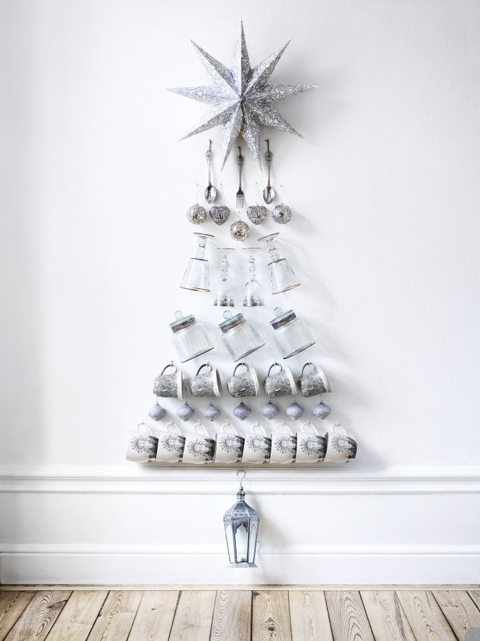 Weihnachtsbaum aus Geschirr und Besteck an einer Wand